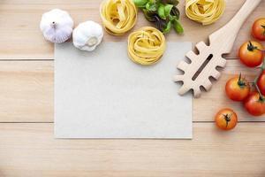 ingredientes para massas com uma página em branco foto