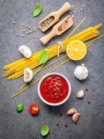 ingredientes do espaguete em um fundo escuro foto