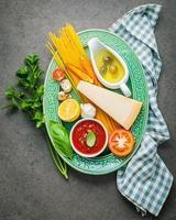 ingredientes de espaguete em um prato foto