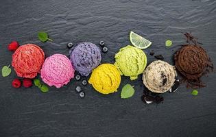 sorvete colorido e frutas foto