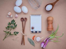 caderno com ingredientes para cozinhar foto