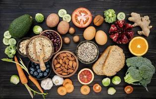 ingredientes saudáveis em um fundo escuro foto