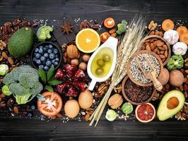 ingredientes saudáveis em um fundo escuro de madeira foto
