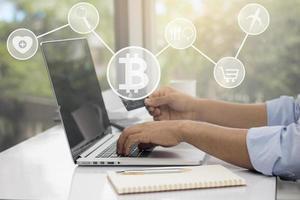 empresário fazendo compras online com ícones de negócios foto
