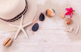 acessórios de verão em fundo de madeira