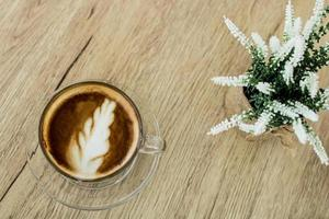 vista de cima do café com leite na mesa
