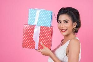 linda mulher feliz com caixas surpresa para presente foto