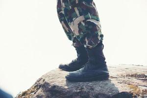 pés do soldado nas rochas da montanha