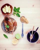 mel e frutas em uma mesa de madeira