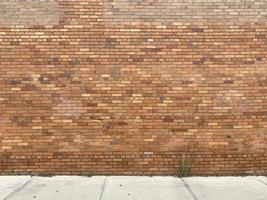 parede de tijolos amarelos com tijolos velhos foto