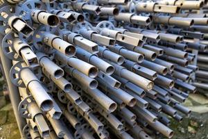 pilha de postes de construção de metal