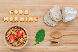 conceito de bom dia com cereal em uma tigela de madeira foto