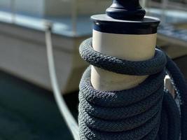 barco amarrado em um convés com uma corda azul