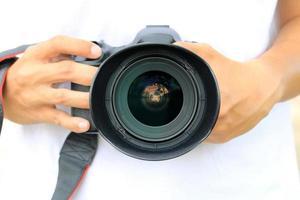 mãos segurando uma câmera dslr