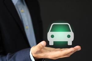 imagem do conceito de empresário com ícone de seguros e serviços de automóveis