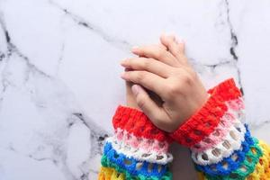 mãos femininas no fundo do azulejo, vista de cima para baixo