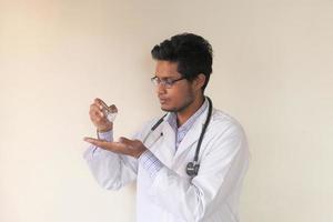 close-up de médico usando gel desinfetante foto