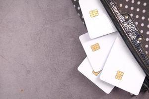 cartões de crédito e carteira em fundo preto foto
