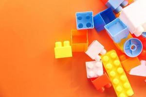 blocos de construção coloridos na mesa laranja, close-up