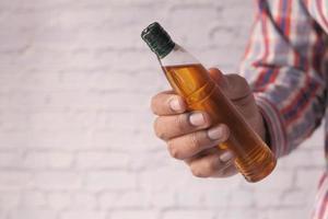 mão segurando óleo de amêndoa com espaço de cópia foto