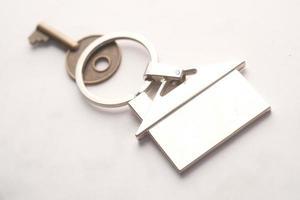 o conceito de finanças com chave e anel em fundo branco