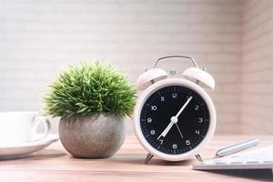 xícara de chá, laptop e relógio em close-up da mesa foto