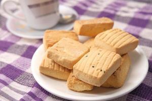 close-up de biscoitos e chá na mesa foto