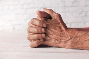 close-up das mãos de uma pessoa idosa isolada no fundo branco foto