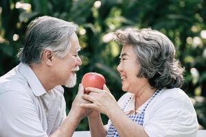 casal de idosos cozinhando comida saudável juntos foto
