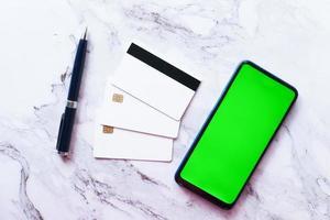 smartphone, cartões de crédito em fundo de tiles