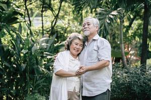 casal de idosos dançando juntos foto