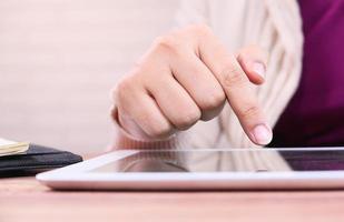 jovem trabalhando em tablet digital no escritório foto