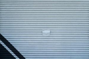 porta de garagem de metal cinza com listras azuis