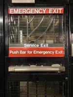 porta de saída de emergência do metrô de nova york