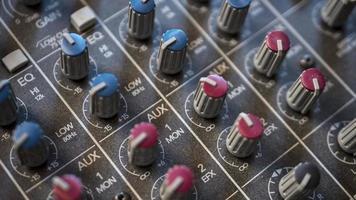 close-up dos botões do mixer de áudio foto