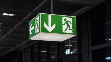 sinal de saída verde iluminado