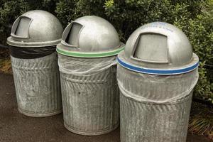três lixeiras de metal recicláveis
