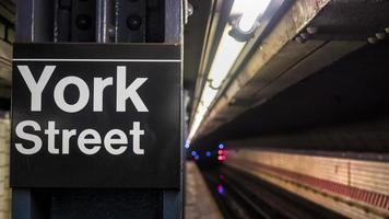 placa da estação de metrô da rua york