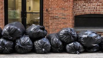 sacos de lixo pretos na calçada