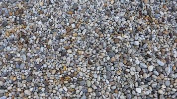 pedras coloridas de seixo no chão foto