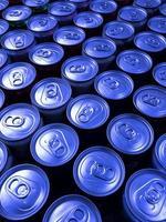 fileiras de latas de refrigerante foto