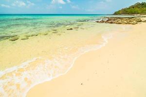 bela ilha paradisíaca com praia vazia foto