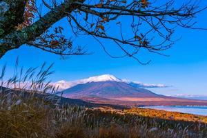 montanha fuji em yamanakako ou lago yamanaka no japão foto