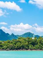 lindo mar tropical com vegetação exuberante foto