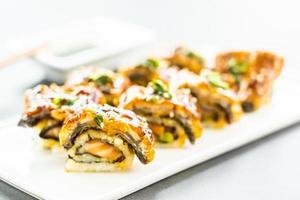 enguia grelhada ou peixe unagi sushi maki roll foto