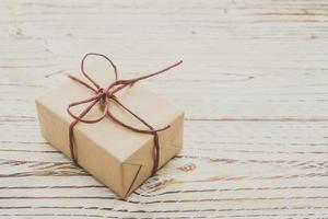 caixa de presente marrom com fundo de madeira foto