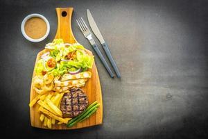 Bife grelhado com molho de batata frita e vegetais frescos