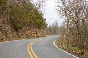 estrada sinuosa nas montanhas