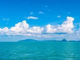linda vista para o mar e céu azul foto
