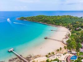 praia tropical em uma ilha paradisíaca foto